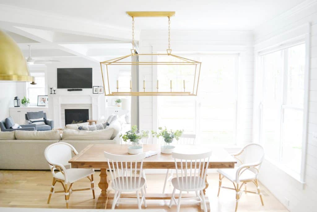 Visual Comfort Darlana linear pendant in a breakfast nook